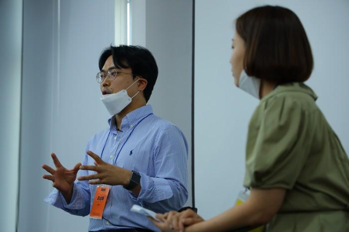 왼쪽부터 조상래 언더독스 공동대표, 김나영 루트임팩트 매니저