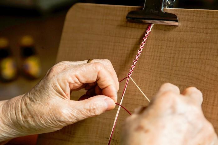 매듭을 짓는 할머니의 섬세한 손길